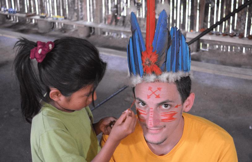 Pintando la cara en puyo