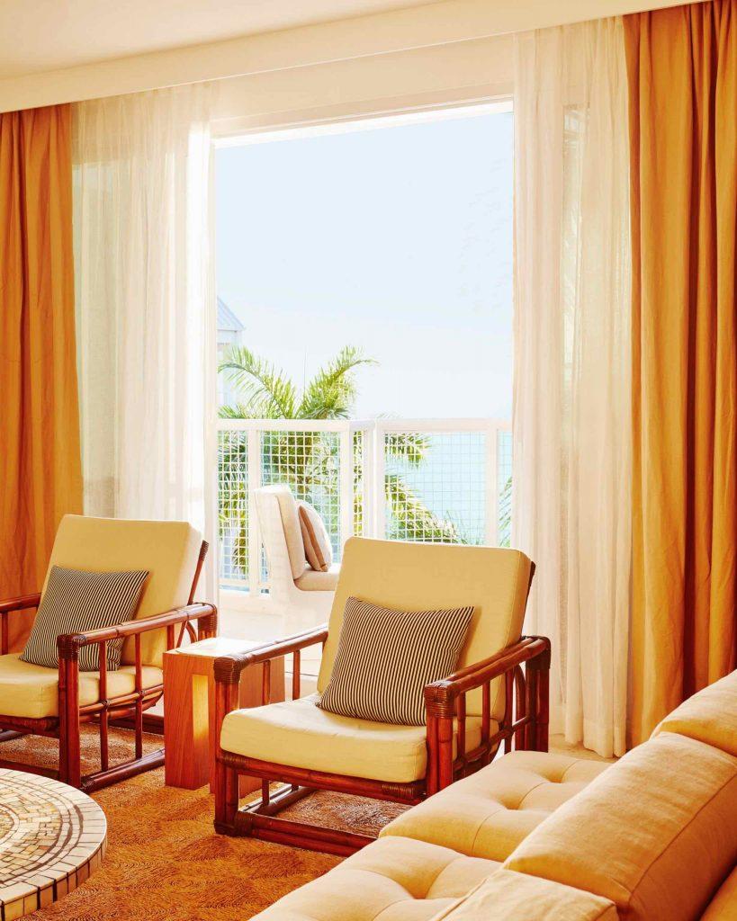 palm-heights-grand-cayman-beach-hotel-gabriella-khalil styl karaibskiej rezydencji z lat 70. 03