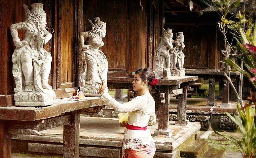 Balinaise dans un temple Indonésien