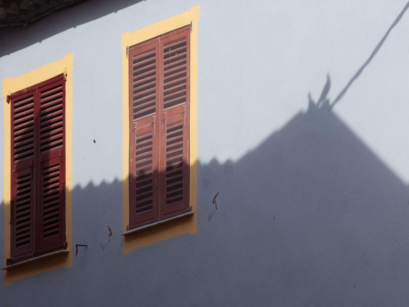 geschlossene Fenster mit Silhouette