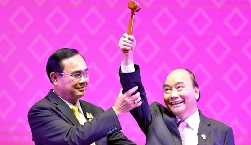 Thai PM hands over the gavel for ASEAN chairmanship to Vietnamese PM