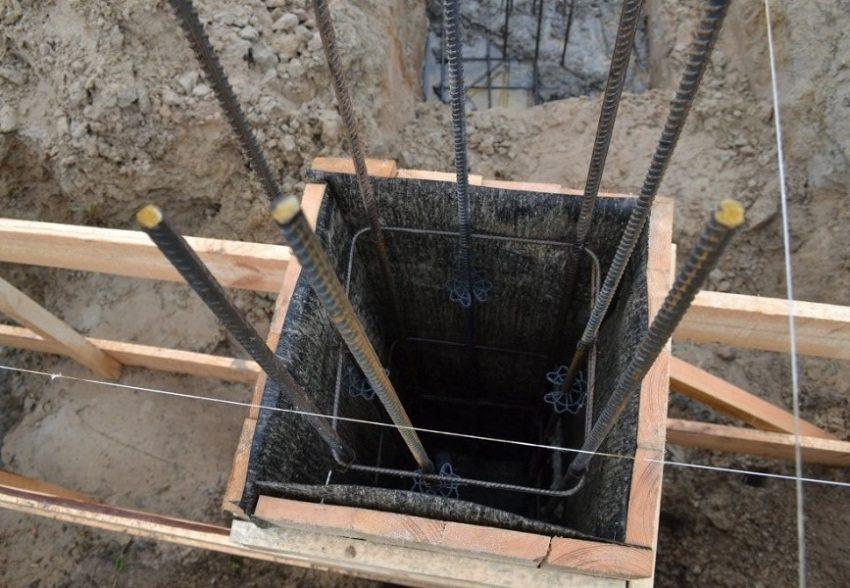 Армирование столбчатого фундамента осуществляют с помощью стальных прутков