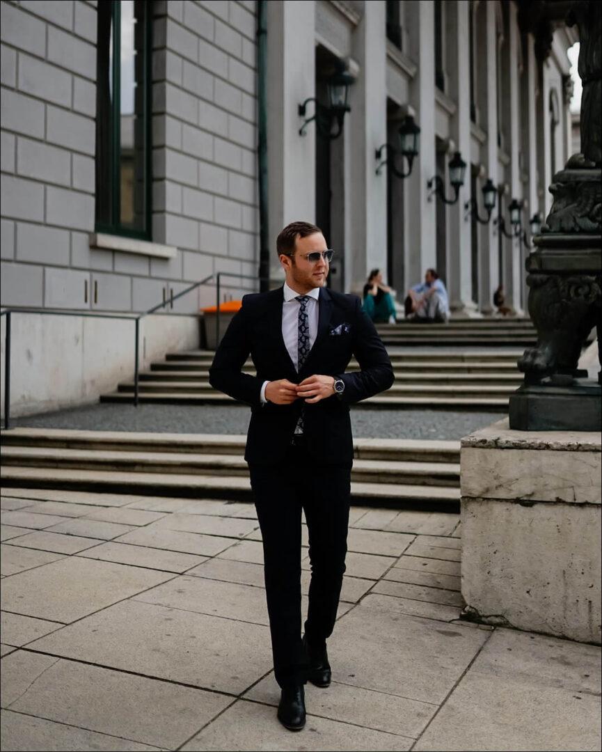 Zu einem Anzug ist eine Sonnenbrille ein Muss.
