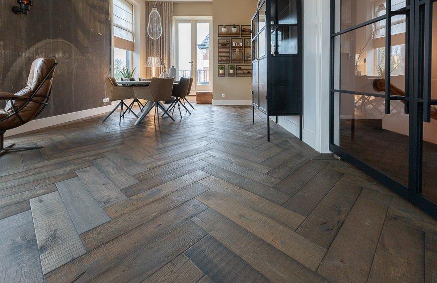 Oude bruine visgraat vloer