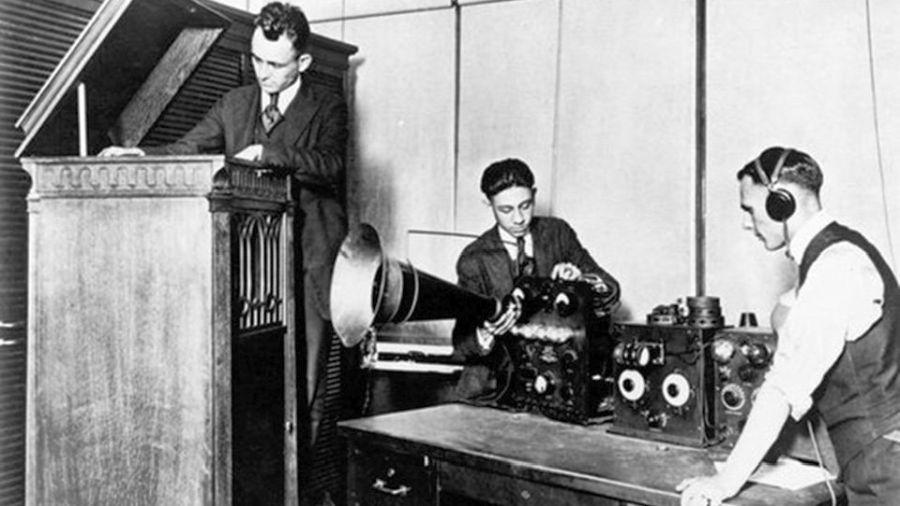 """Fotografía de los preparativos para una transmisión del """"Detroit News Radiophone"""" (THE TALKING MACHINE WORLD)"""
