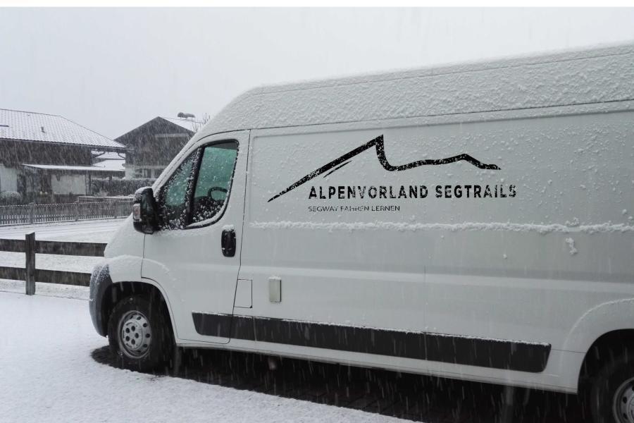 Schnee auf Auto von Alpenvorland Segtrails