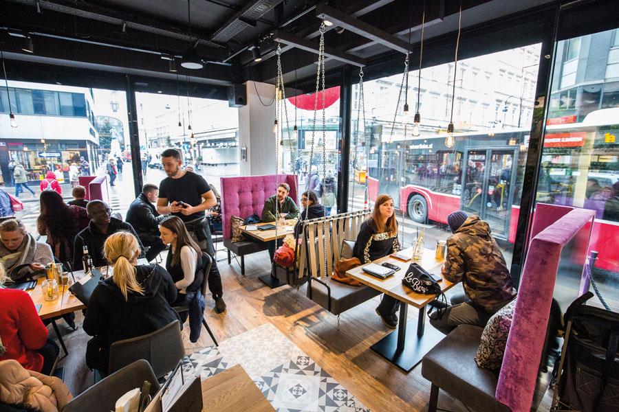Le Burger Wien : Die neue Le Burger-Filiale auf der Rotenturmstraße 15 wartet mit einem Panorama-ausblick auf das Lugeck und einer Show-Küche auf