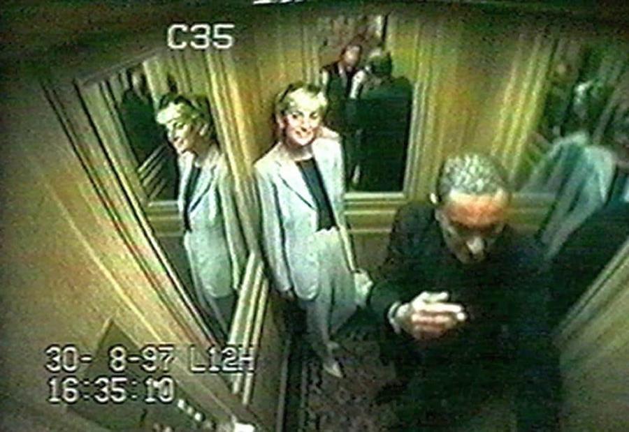 Lady Di y Dodi Al-Fayed en el ascensor del hotel antes de abandonarlo