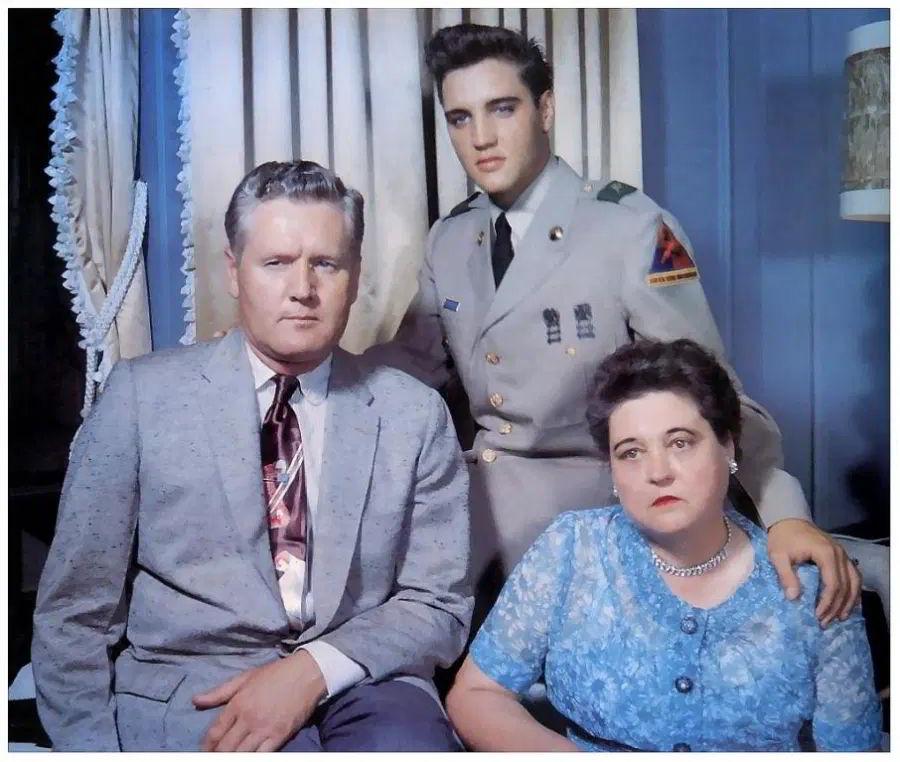 Elvis con sus padres Vernon y Gladys Presley en 1958, estaba de permiso por primera vez desde que se unió al Ejército.
