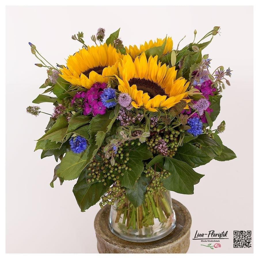Blumenstrauß mit Sonnenblumen, Bartnelken und Kornblumen