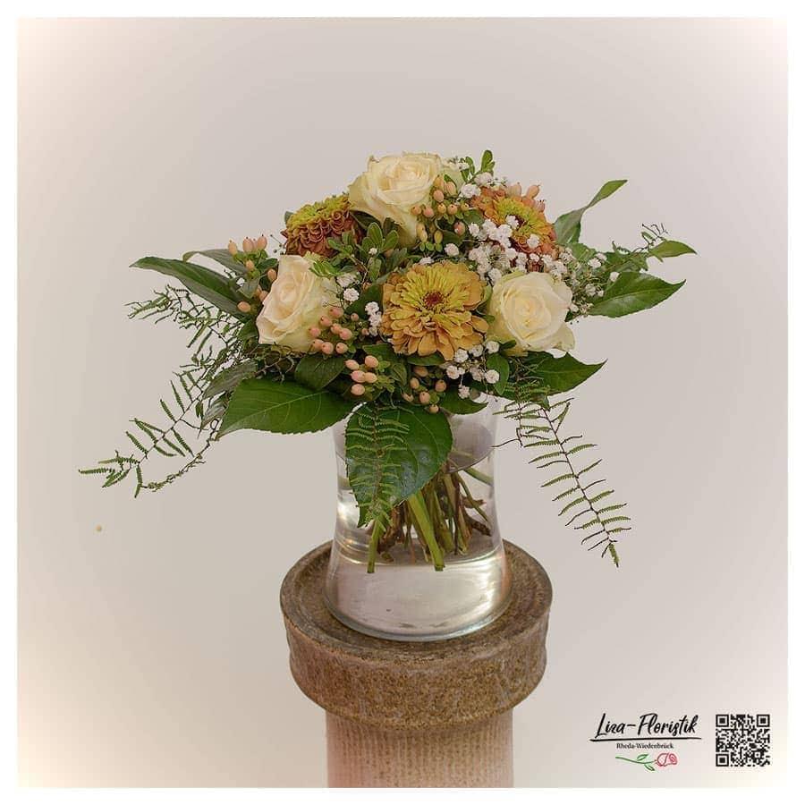 Blumenstrauß mit Rosen, Zinnie und Schleierkraut