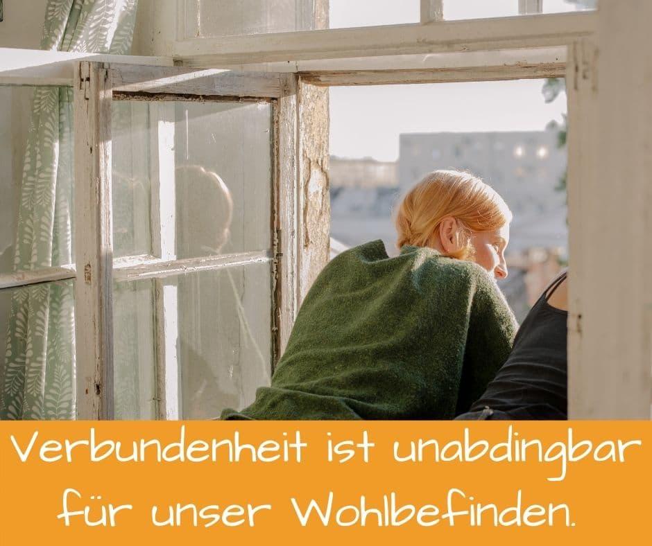 Verbundenheit in zwischenmenschlichen Beziehungen ist unabdingbar für unser Wohlbefinden. 2 Junge Frauen schauen zusammen aus dem Fenster.