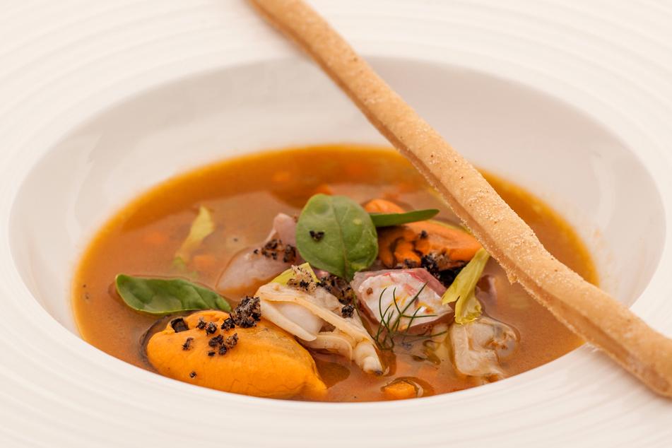 Brodo di triglia, verdure, cozze Nieddittas e arselle.
