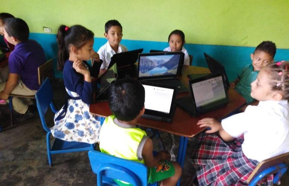 Al cerrar las aulas muchos niños no pudieron conectarse a internet (foto de Facebook de la Escuela Colonia Nueva Vida - Guastatoya)
