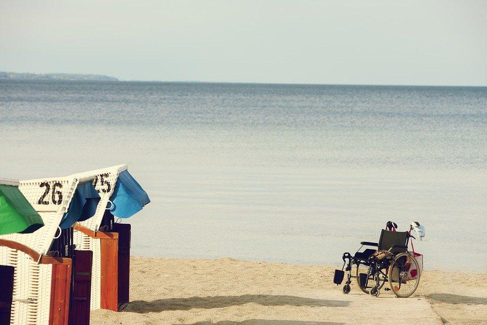 Rollstuhl am Meer, Strand