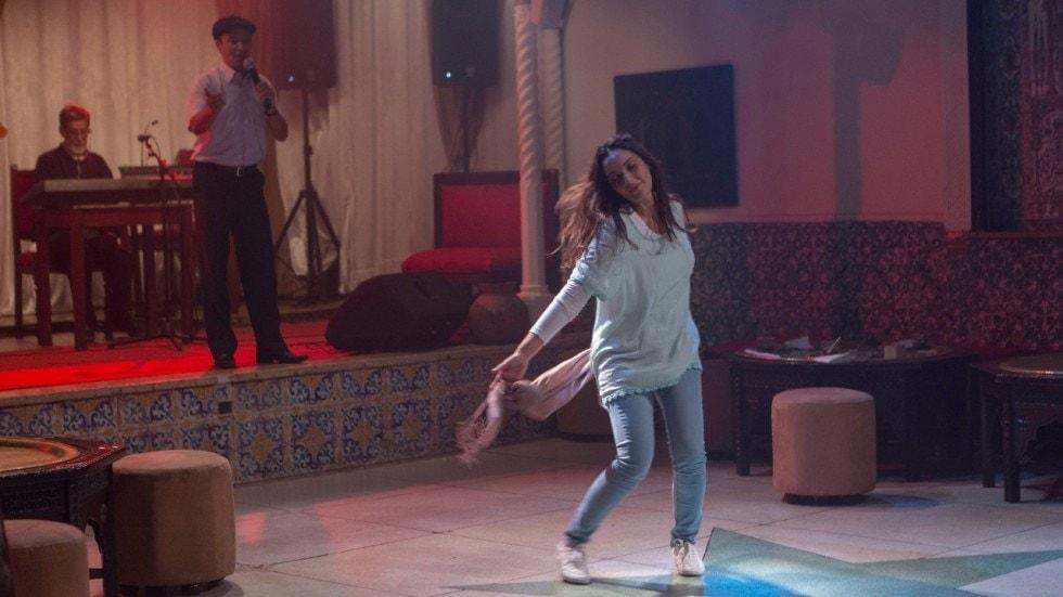Sonia Mekkiou danse dans En attendant les Hirondelles de Karim Moussaoui