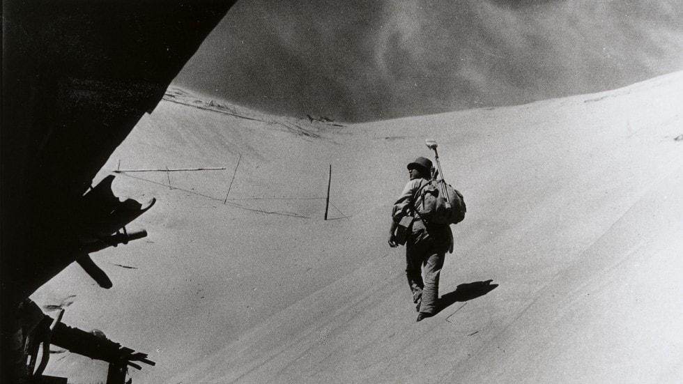 Eiji Okada dans le désert de La Femme des sables