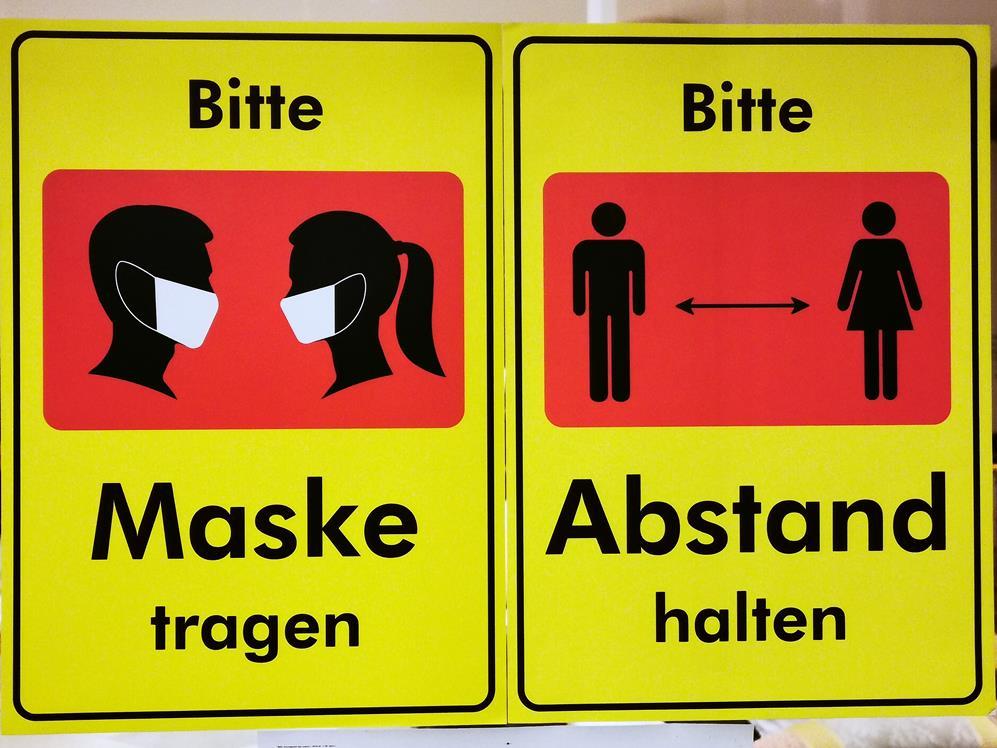 Symbolbild Hotel Maske und Abstand