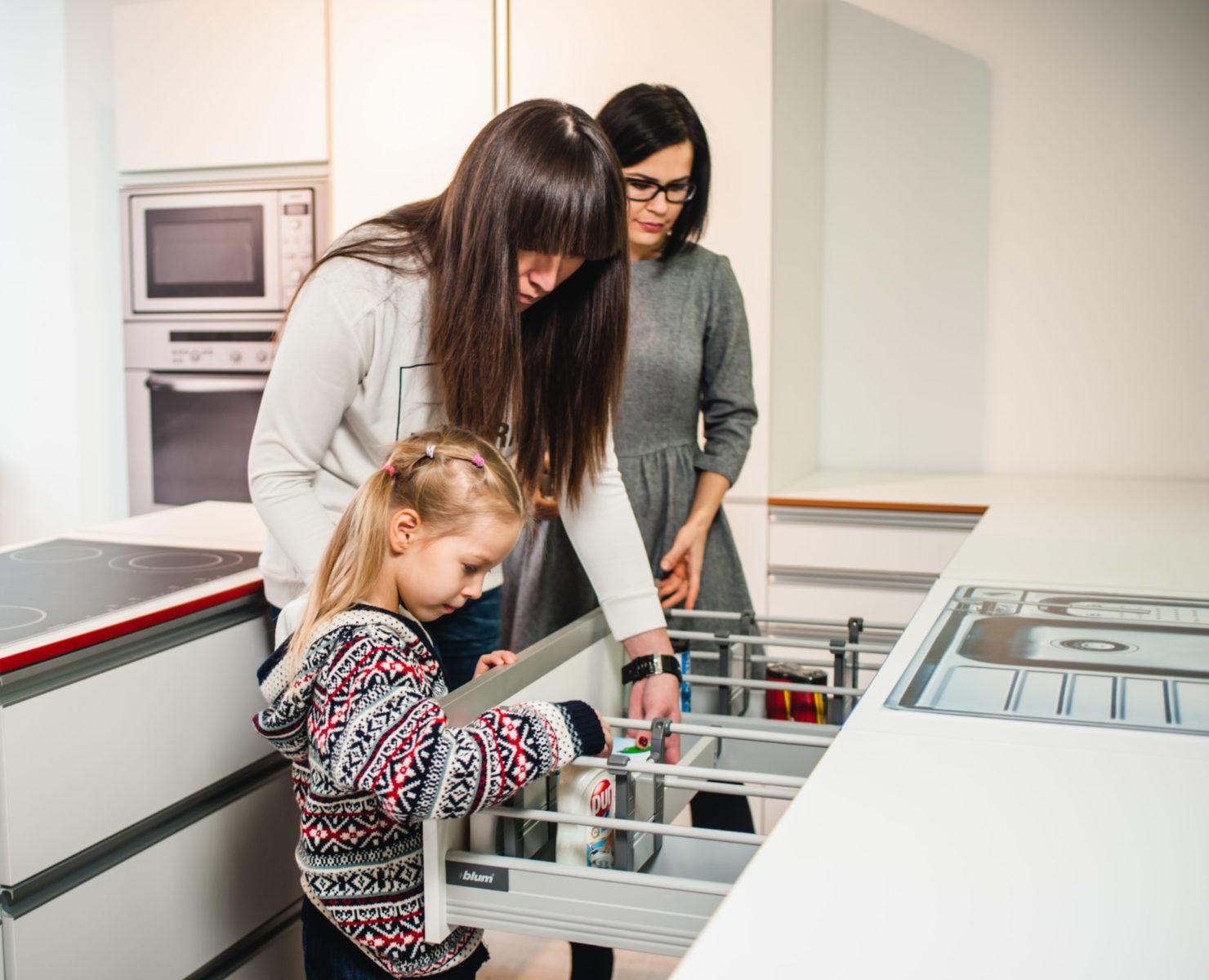 На тест-драйві виникне багато нових ідей, як облаштувати практичну кухню з фурнітурою Блюм
