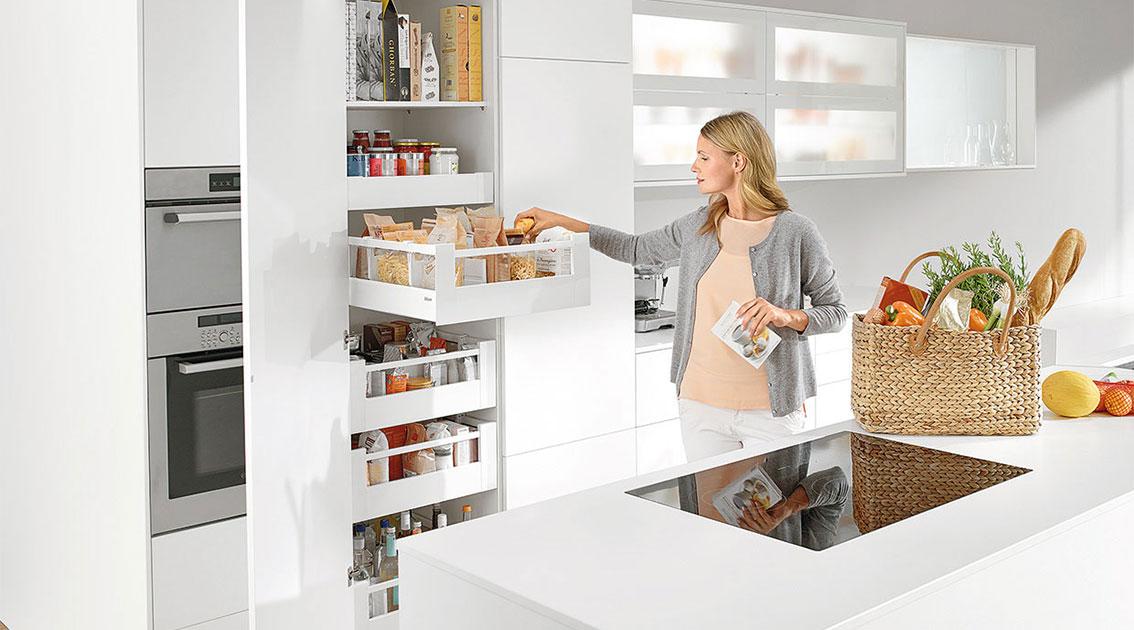 """Зберігання продуктів у зоні """"Запаси"""": легкий доступ та мінімум пересування кухнею"""