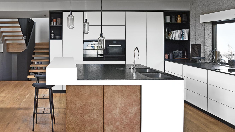 Натхнення від Блюм: дизайн великої кухні без ручок з якісною фурнітурою