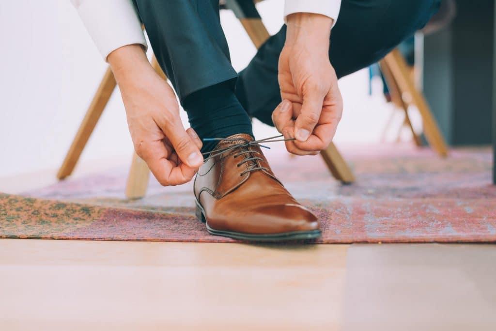 Bräutigam beim Schuhe schnüren