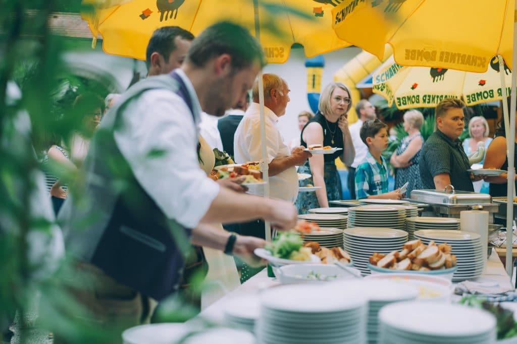 BBQ Buffet bei Hochzeitsfeier im Schloßhof des Schloss Stauff in Frankenmarkt Oberösterreich