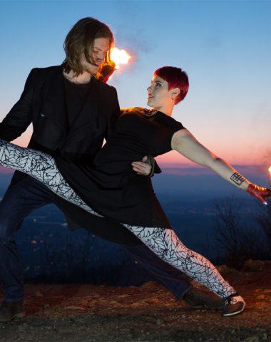 Individuelle Feuershow mit Partnerakrobatik aus Ludwigsburg, bei Stuttgart buchen mit contemporary Tanz und Akrobatik/ Artistik Spagat
