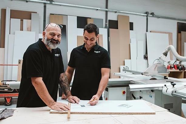 Interieurbouwer Ridderkerk Die Lachen Tijdens Hun Werk
