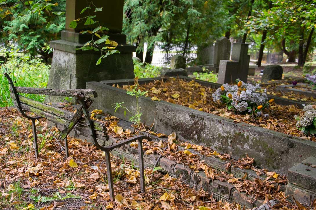 Ławka na cmentarzu wojskowym