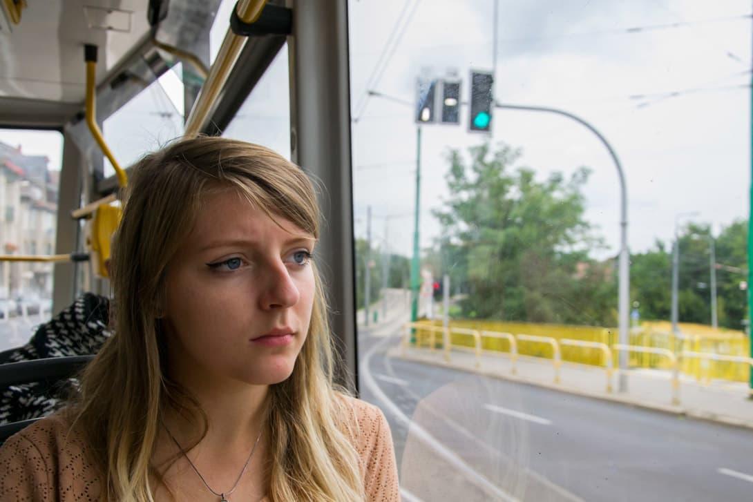 Natalia w tramwaju w Poznaniu - transport miejski ułatwia zwiedzanie Poznania