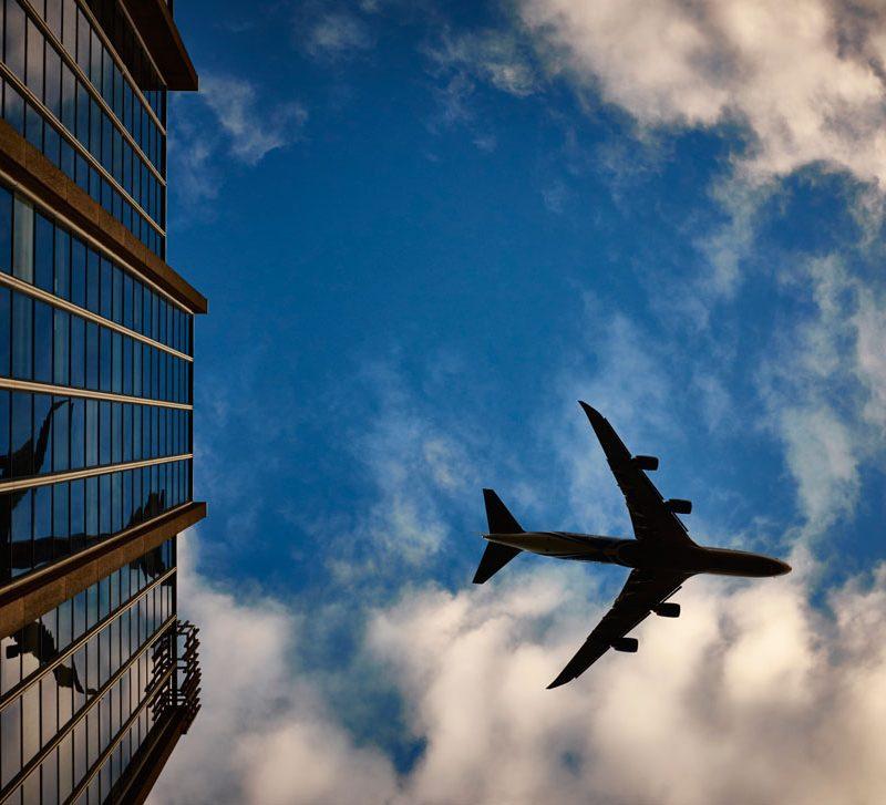 Odwołany lub opóźniony lot – co robić? Poradnik dla podróżnika