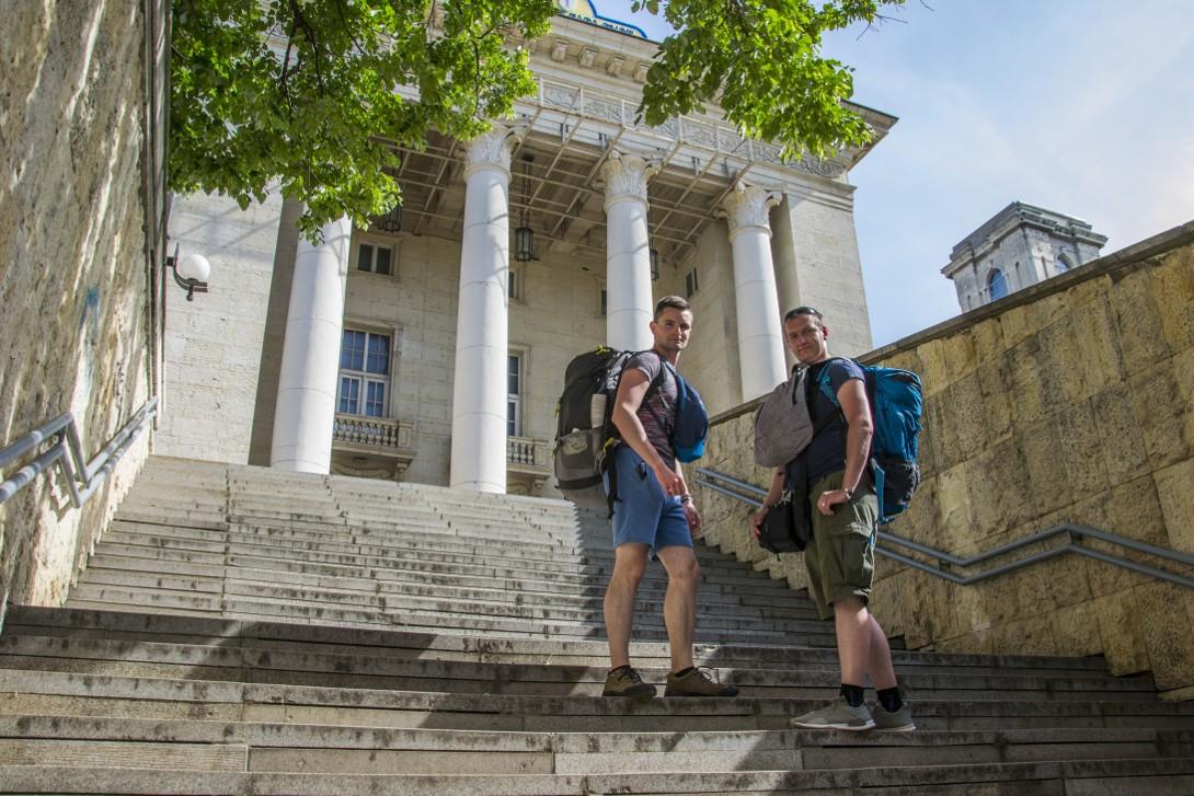 Bartek i Łukasz przed dworcem kolejowym w Ruse.