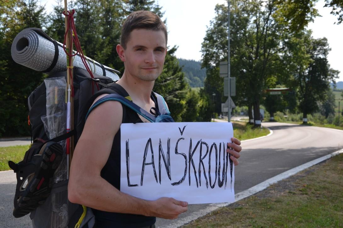 Bartek podczas autostopa w Czechach