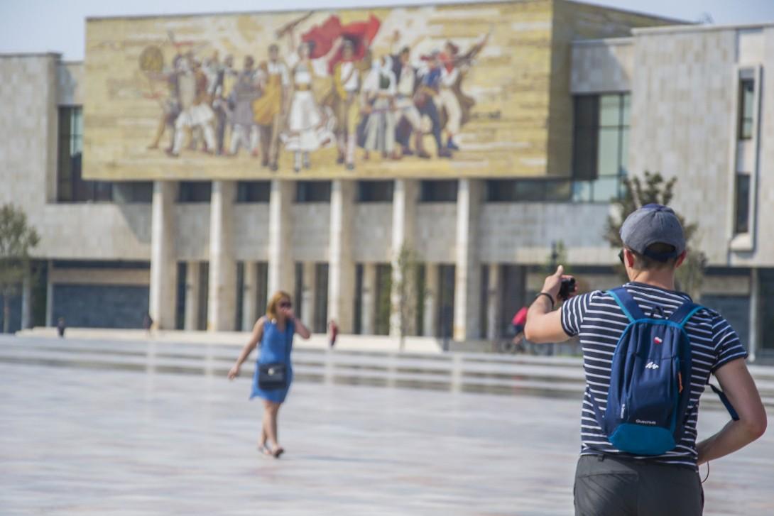 Bartek na placu Skanderbega w Tiranie