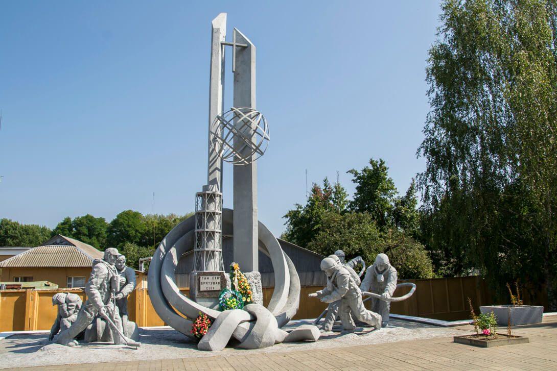"""Pomnik strażaków """"Tym, którzy uratowali świat"""" w Czarnobylu"""