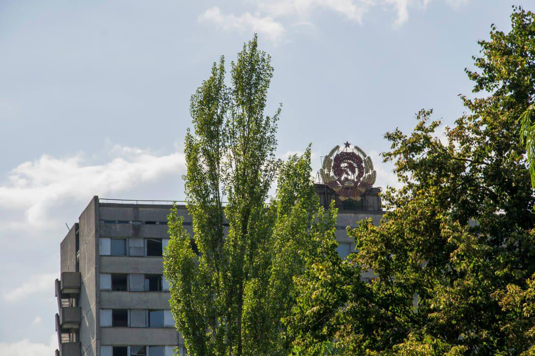 Symbole ZSRR na opuszczonym bloku mieszkalnym w Prypeci