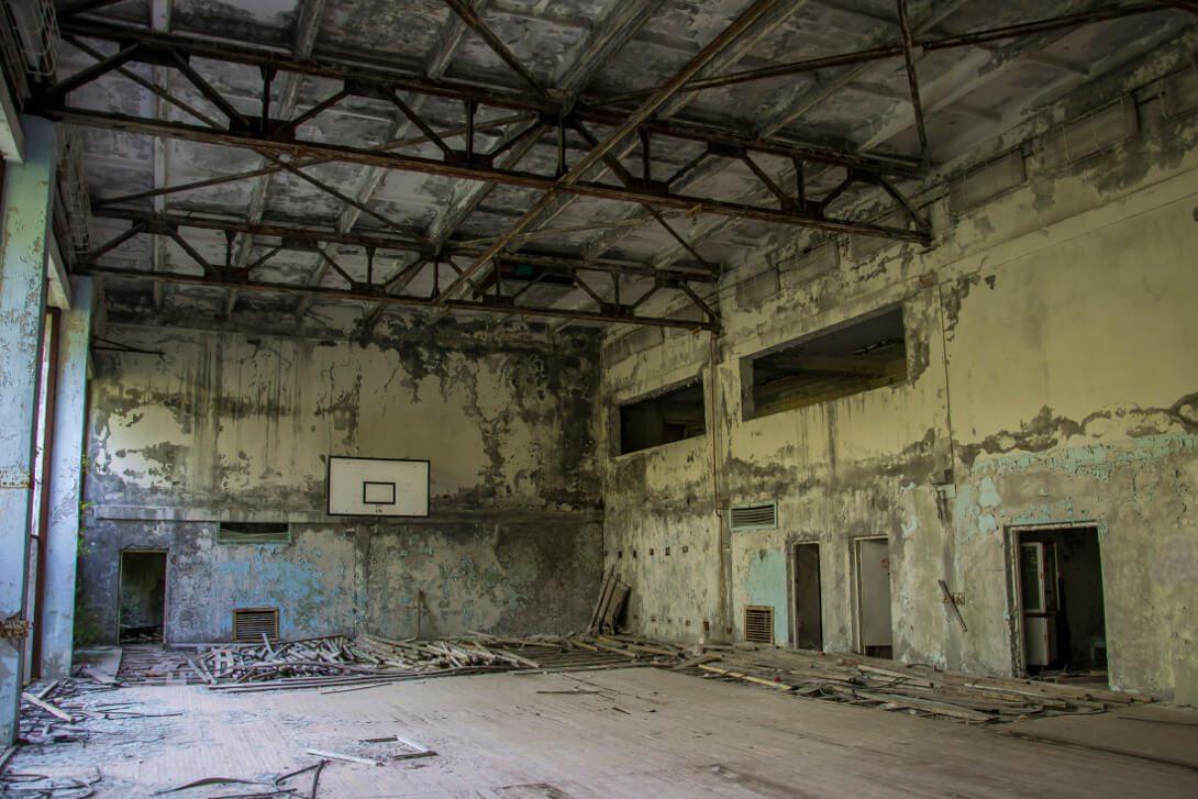 Sala gimnastyczna w opuszczonej szkole podstawowej w Prypeci