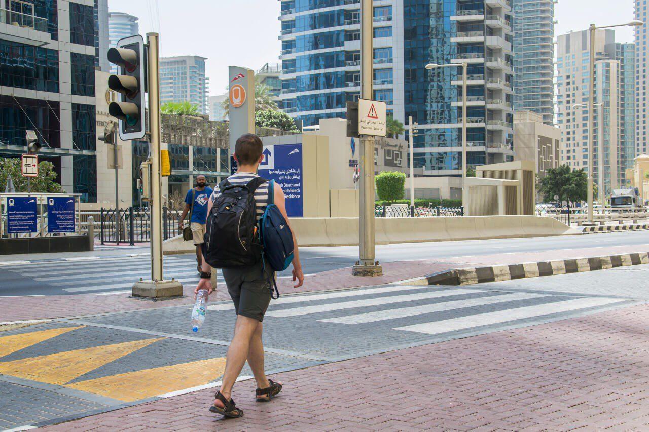 Bagaż podręczny - Bartek z plecakami podczas zwiedzania Dubaju.