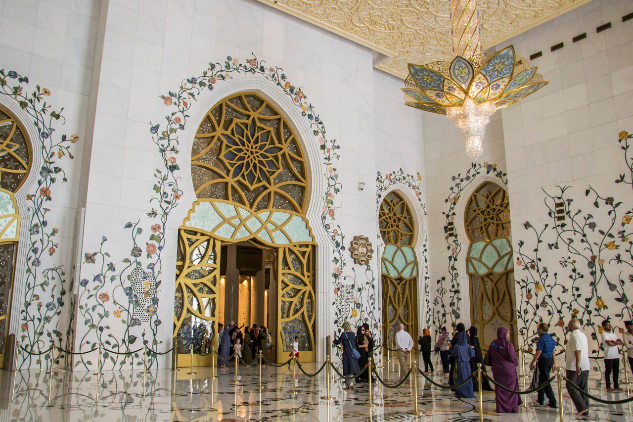 Wejście do sali modlitewnej Wielkiego Meczetu w Abu Dhabi