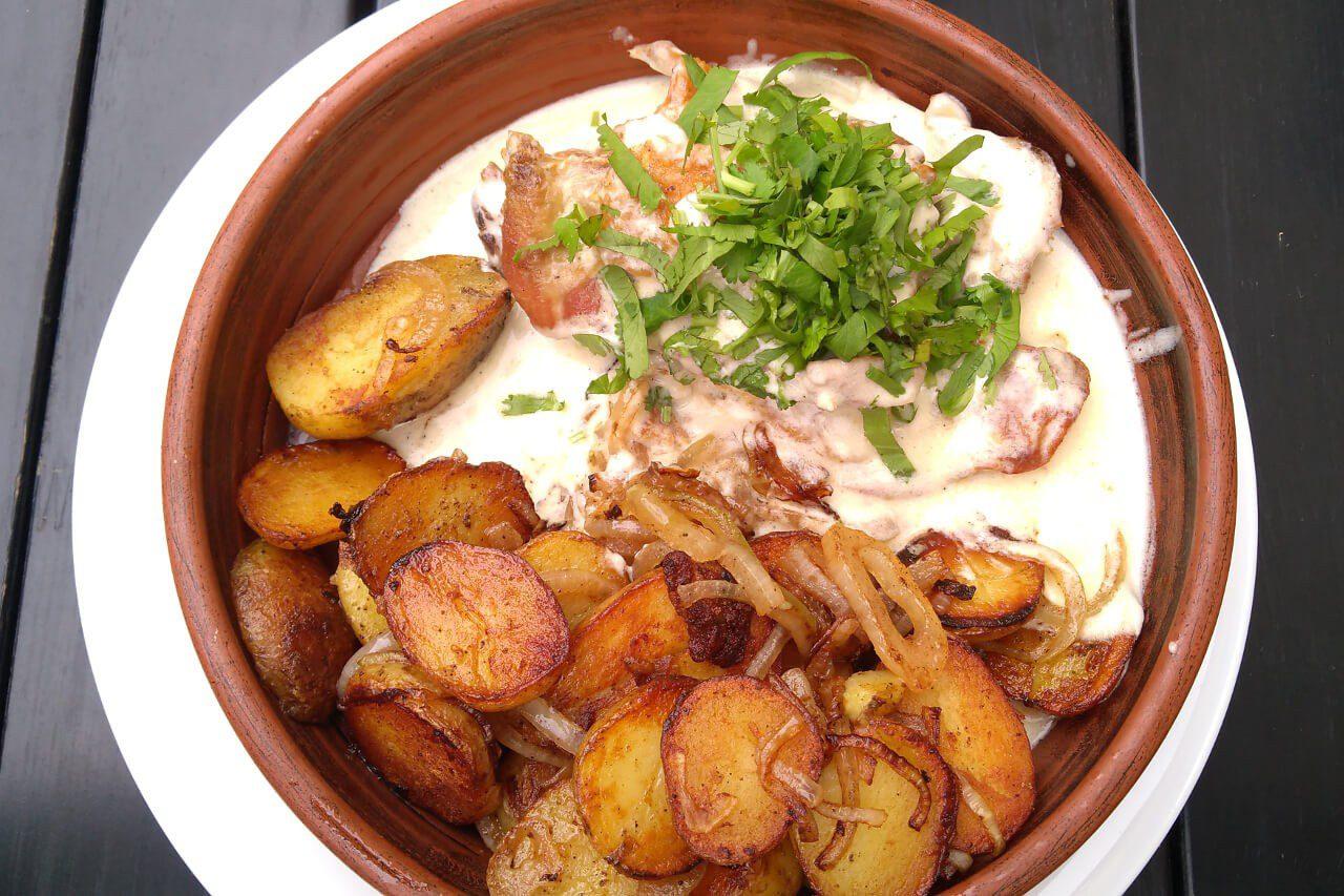 Kuchnia gruzińska -  Kurczak czkmeruli - danie kuchni gruzińskiej
