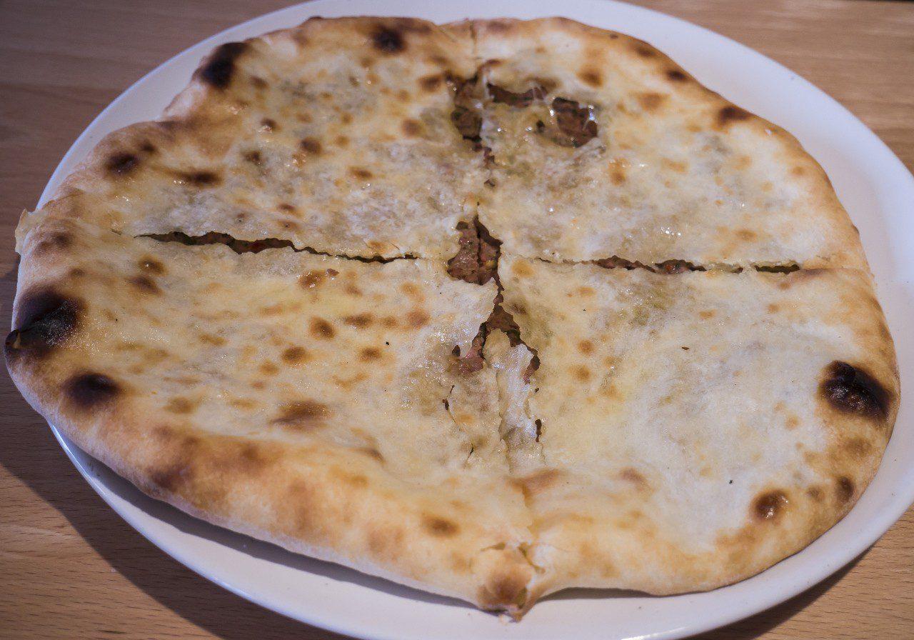 Kuchnia gruzińska - Placek kubdari wypełniony mięsem na talerzu