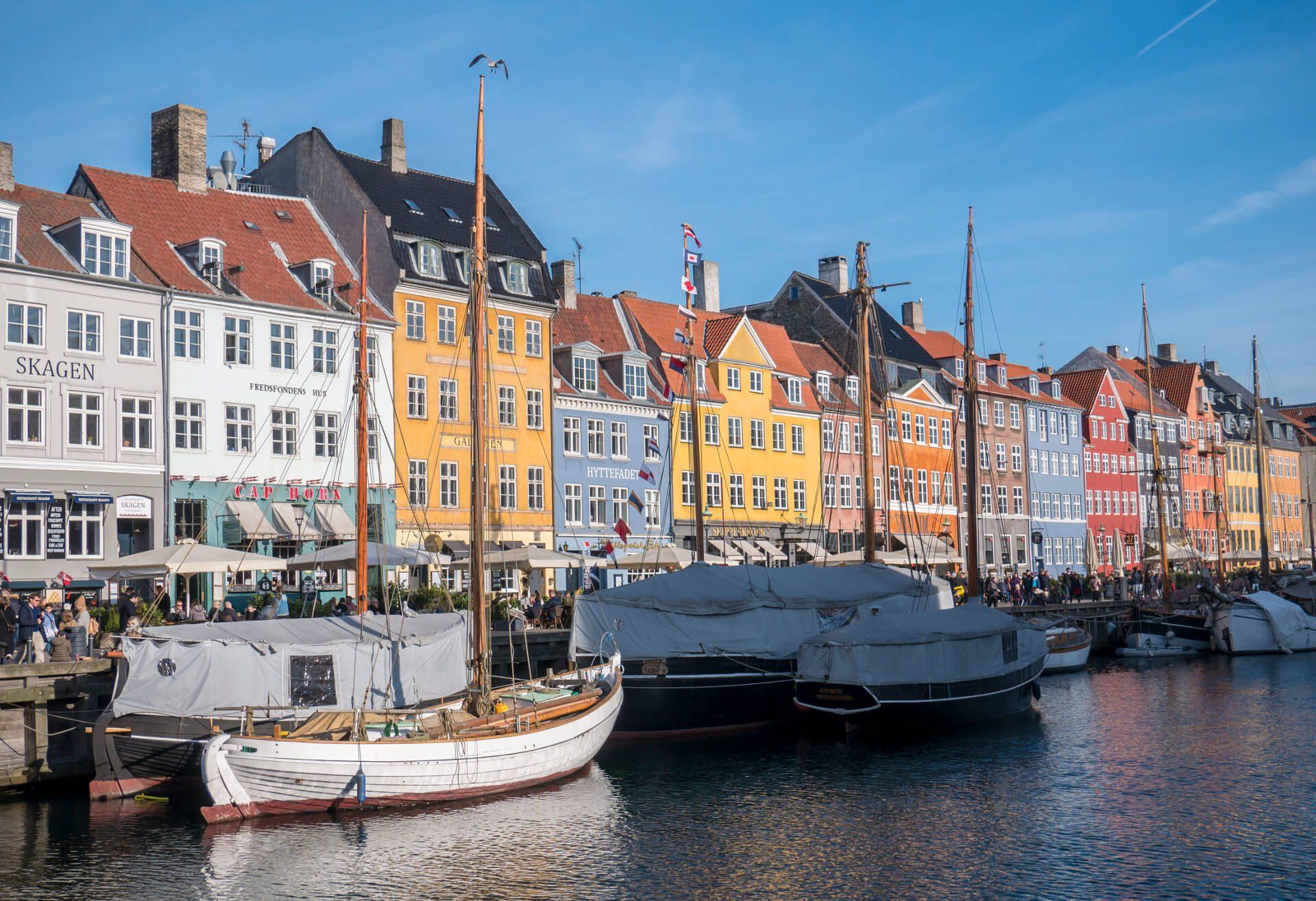 Statki zacumowane przez kanale Nyhavn