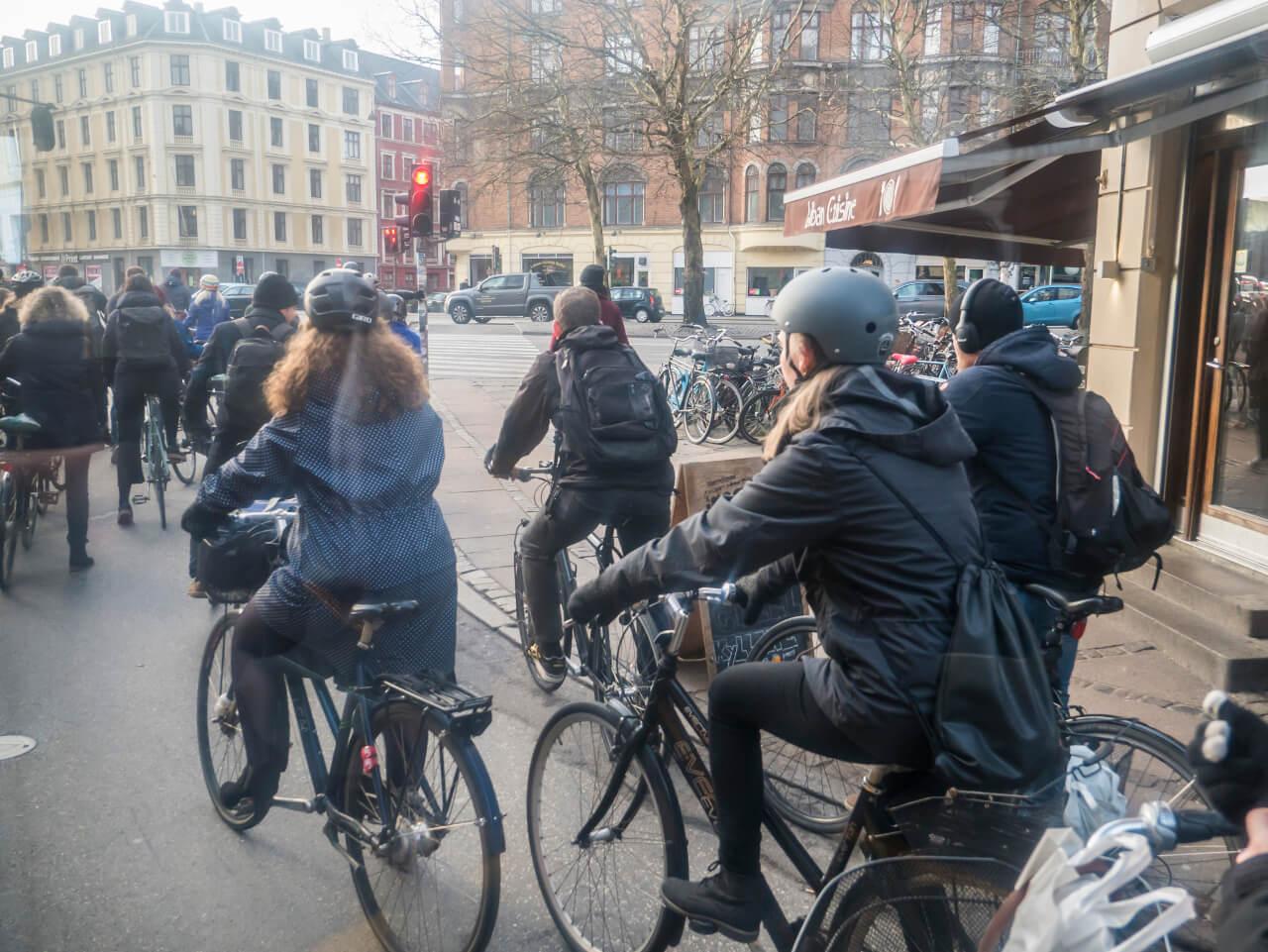 Rowery w Kopenhadze w poniedziałkowy poranek
