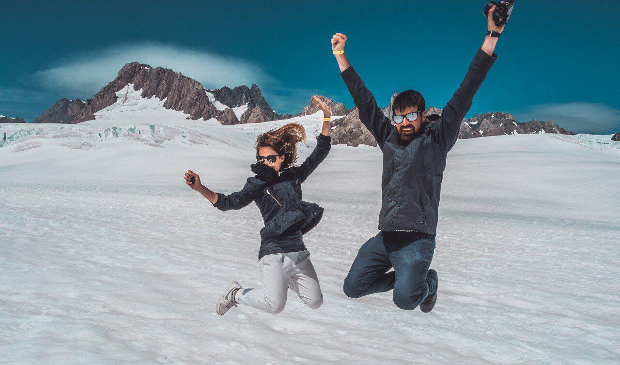 Blogerzy z Czas na wywczas skaczący w śniegowej scenerii