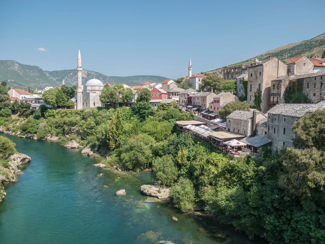 Widok na meczet Pashy i rzekę Neretwa w Mostarze