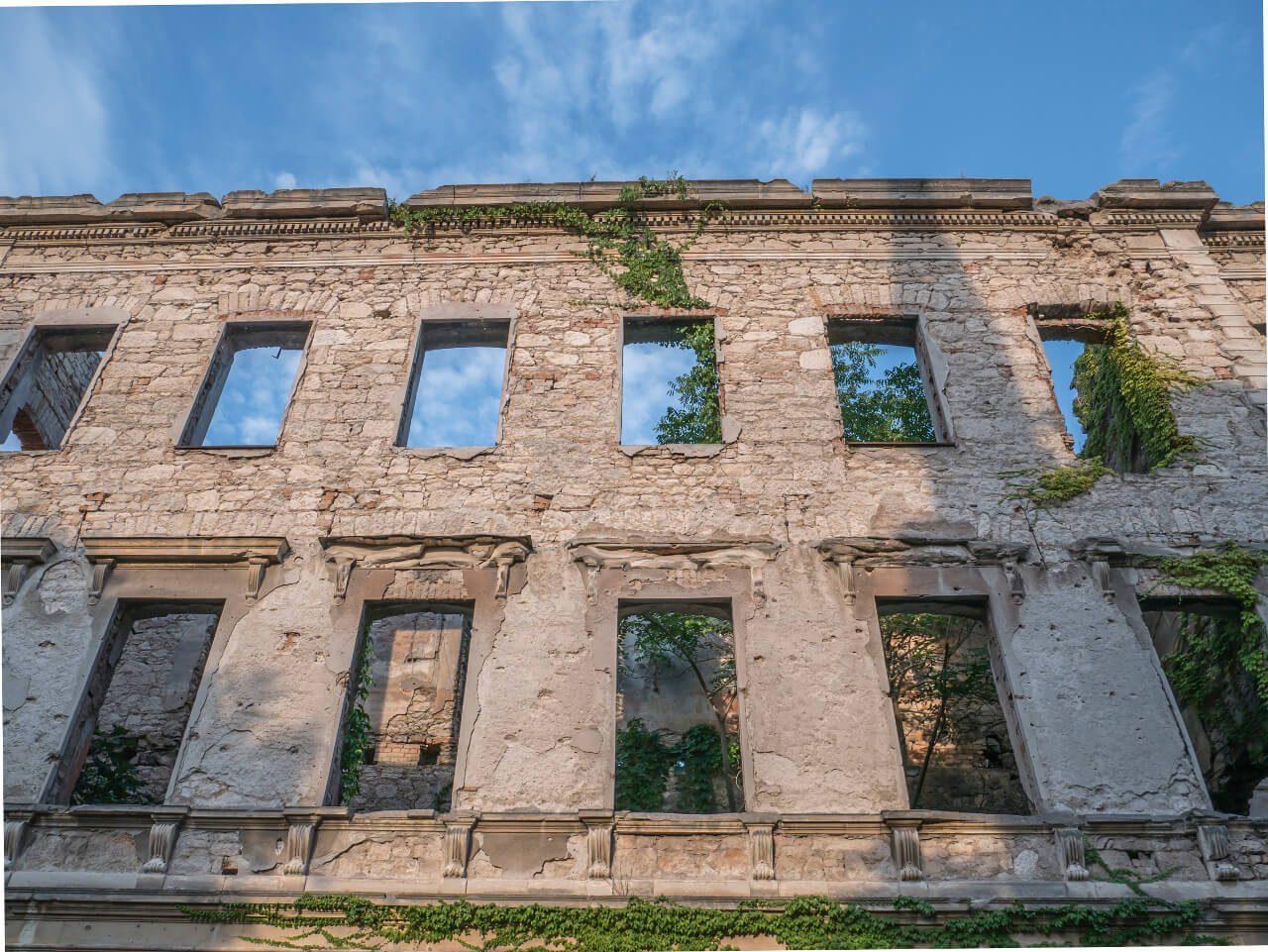Ruiny wojenne w Mostarze przy ulicy Marszala Tity