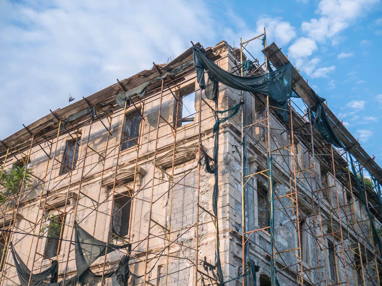 Ruiny budynku na ulicy Marszala Tita w Mostarze