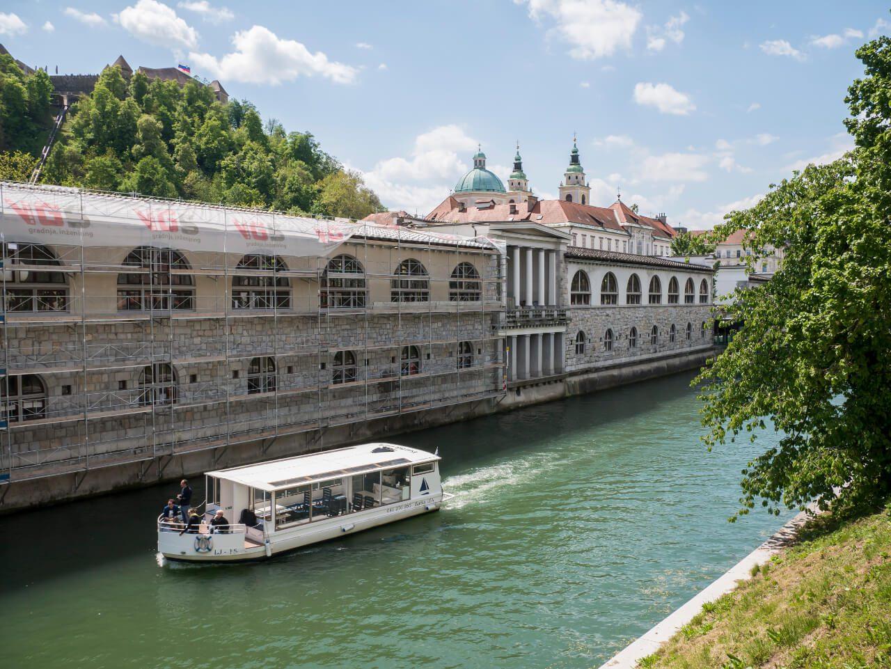 Hale targowe nad brzegiem rzeki Ljubljanica