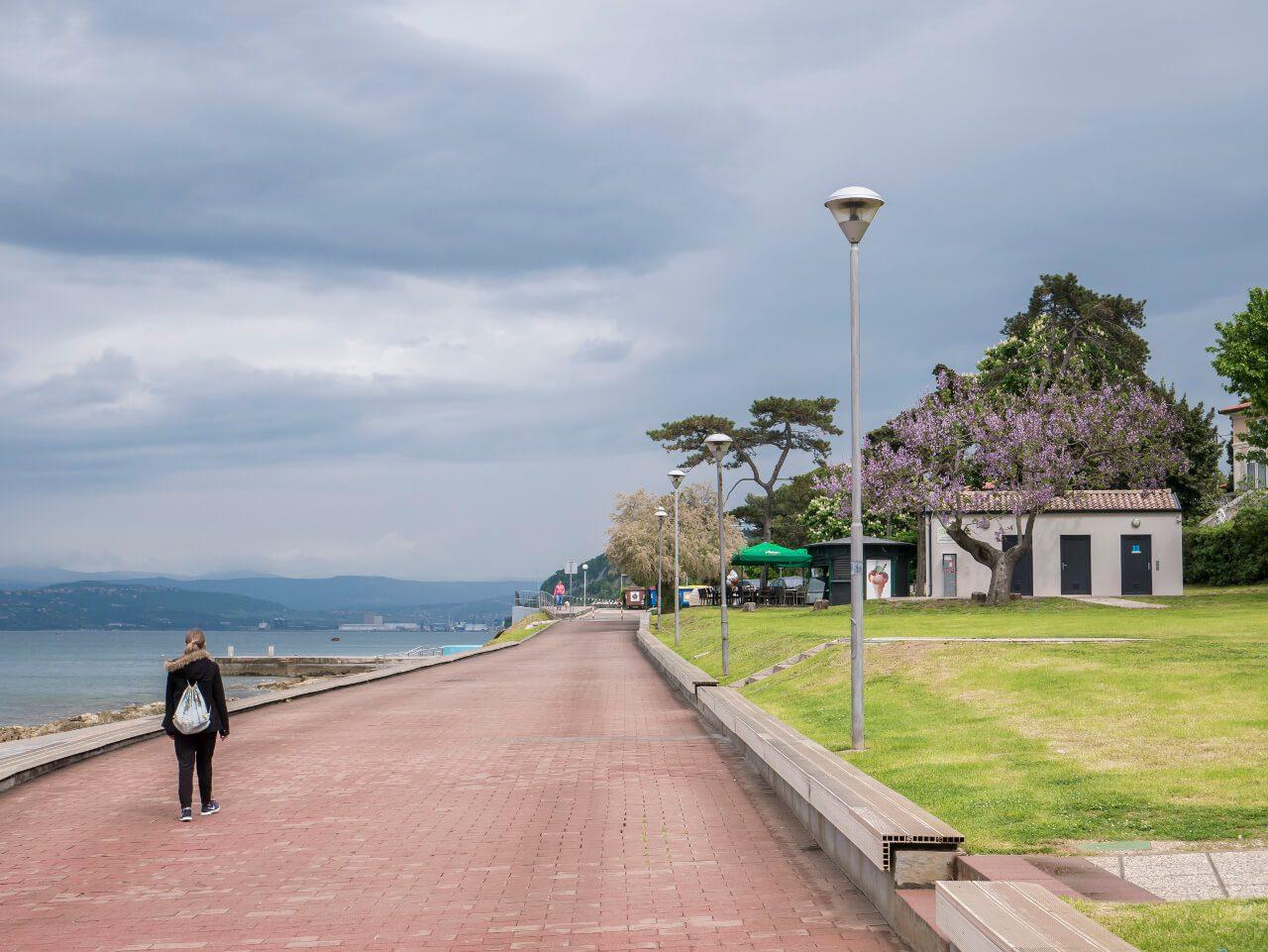 Natalia spacerująca po nadmorskiej promenadzie w Izoli